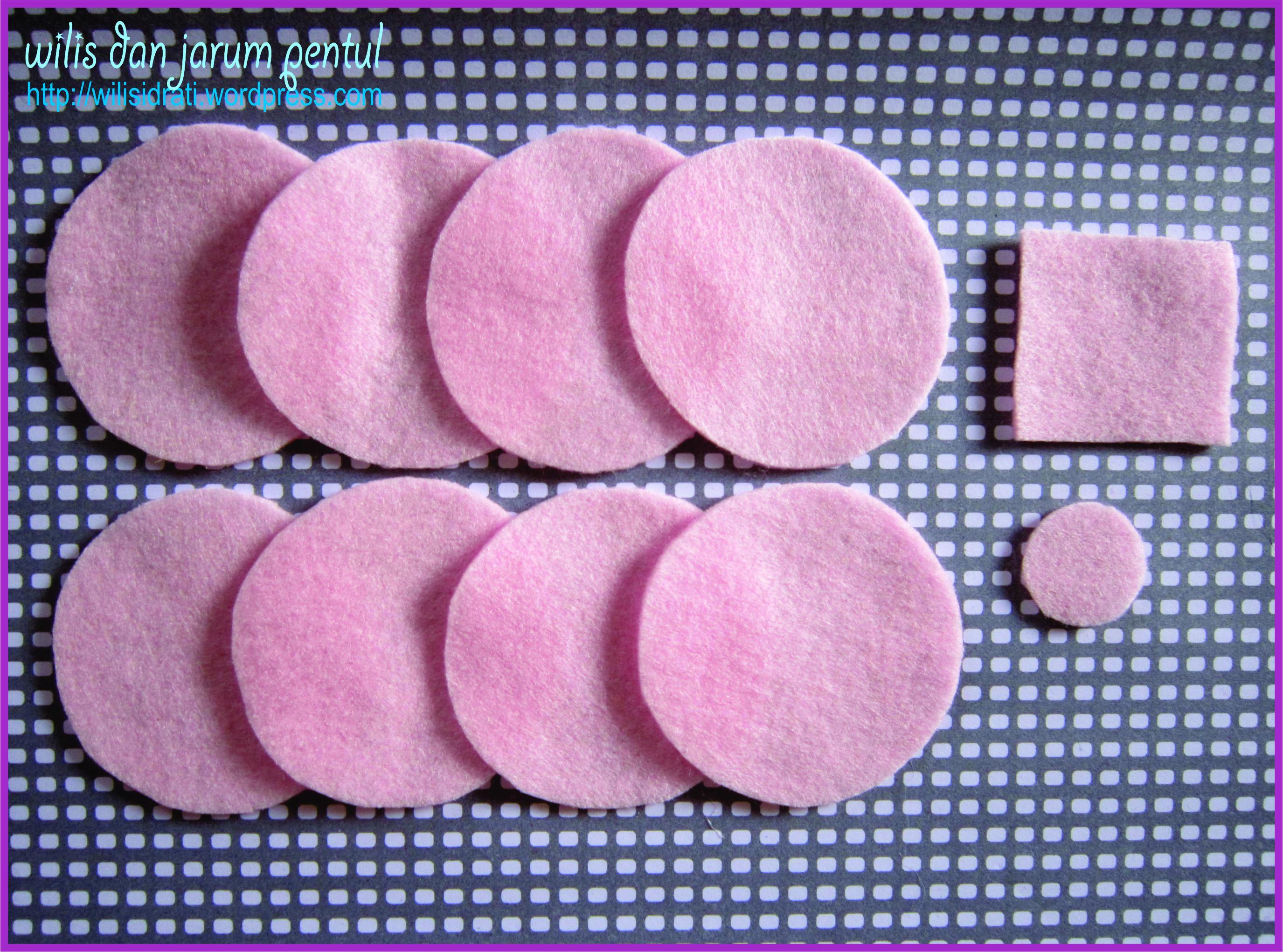 siapkan guntingan-guntingan flanel : 8 lbr bentuk lingkaran diameter 6